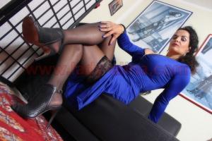 Bildergalerie Für den Stoffe + Nylon + High Heel Fetischisten - Blaues Satin Kleid-004