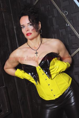 Domina Alina im Schwarz Gelb Leder Outfit - 1