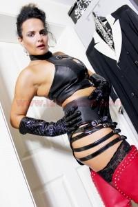 Domina Alina Leder Outfit 02 200x300 - Lederfetisch