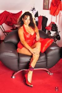 Domina Lady Alina sitzt im Sessel 199x300 - Pärchen Erziehung, auch Einführung