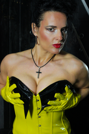 Domina Alina im Schwarz Gelb Leder Outfit - 6
